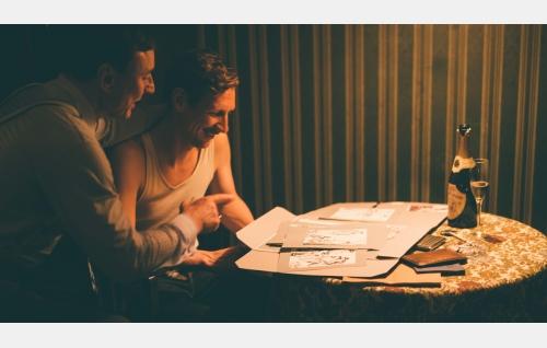 Müller (Werner Daehn) ja Touko (Pekka Strang) Berliinissä. Kuva: Josef Persson.