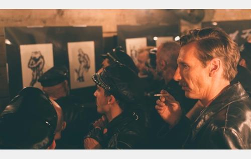 Touko (Pekka Strang) näyttelynsä avajaisissa Yhdysvalloissa. Kuva: Josef Persson.
