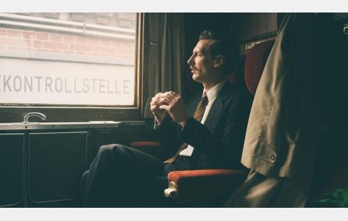 Touko (Pekka Strang) saapuu Berliiniin. Kuva: Josef Persson.