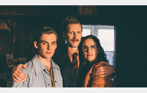 Nipa (Lauri Tilkanen), Touko (Pekka Strang) ja Kaija (Jessica Grabowsky). Kuva: Josef Persson.