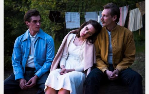 Nipa (Lauri Tilkanen), Kaija (Jessica Grabowsky) ja Touko (Pekka Strang). Kuva: Mikko Rasila.