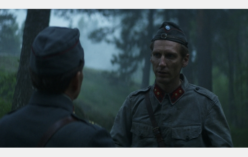 Upseerit Alijoki (Taisto Oksanen, selin) ja Laaksonen (Pekka Strang). Kuva: Helsinki-filmi Oy.