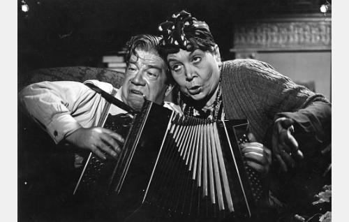 Mölsän mamma (Annie Mörk, oik.) ja hänen sulhasensa Kalle (Kalle Viherpuu)